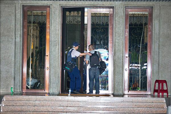反黑箱課綱學生七二三抗爭事件,本報記者廖振輝(右)當晚前往採訪,遭警方逮捕,阻斷發稿,禁止記者使用手機、照相機,更不准對外聯絡。(資料照,讀者提供)
