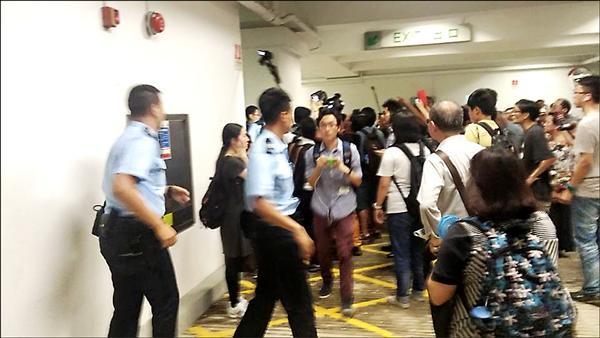 香港大學學生衝入校務委員會,大批校警前來控制現場秩序。(取自堅守港大百年基業臉書)