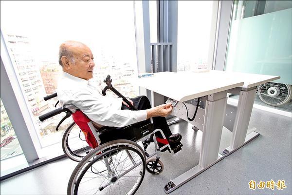 閱讀桌可自由調整高度,讓行動不便者方便使用。(記者賴筱桐攝)