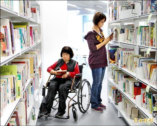 符合通用設計的寬敞走道,讓輪椅族與站立者並行,也不覺得擁擠。(記者賴筱桐攝)