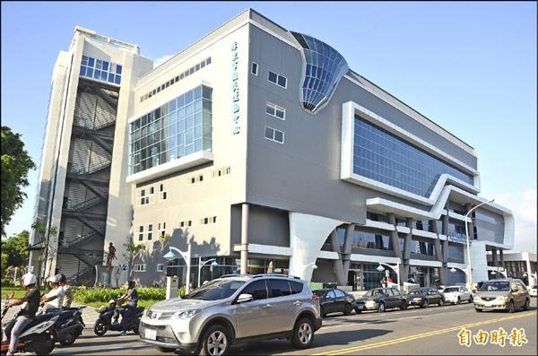 屏東市國民運動中心將於8月8日啟用。(記者葉永騫攝)