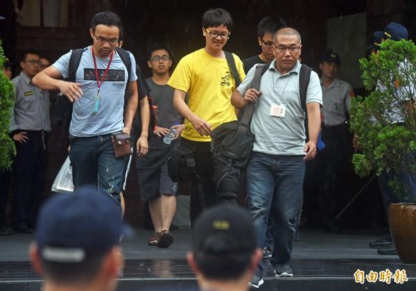 本報記者廖振輝(右)、獨立記者林雨佑(中)及苦勞網記者宋小海(左)。(資料照,記者簡榮豐攝)