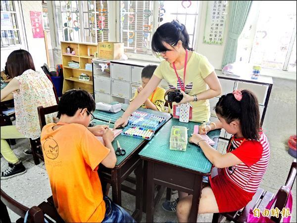 台中教育大學研究生前往水燦林國小,提供學童補救教學。(記者陳燦坤攝)。