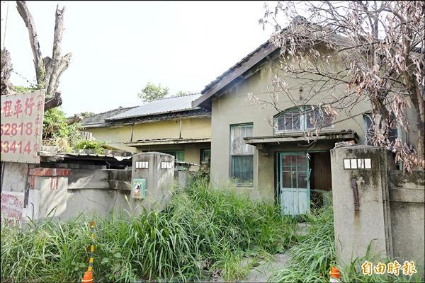 列為歷史建築的和美街長宿舍,雜草叢生蚊蠅多,令人難以靠近。(記者劉曉欣攝)