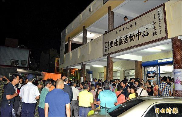 擠不進去的民眾擠滿場外廣場。(記者陳建志攝)