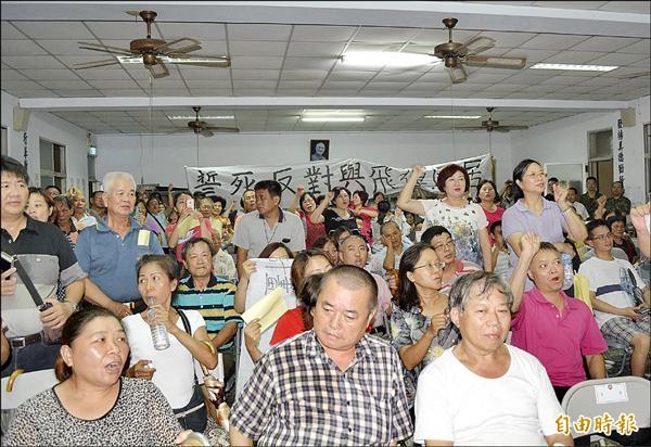 坪林靶場設置飛彈基地說明會,四、五百位民眾到場表態反對。(記者陳建志攝)