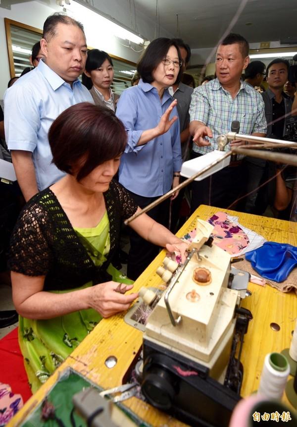 民進黨主席蔡英文上午參訪「黛安娜國際企業有限公司」成衣廠,了解傳統產業經營發展。(記者羅沛德攝)