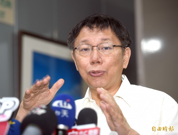 台北市長柯文哲今天出席「市長與里長座談」,會前接受媒體記者採訪。(記者方賓照攝)