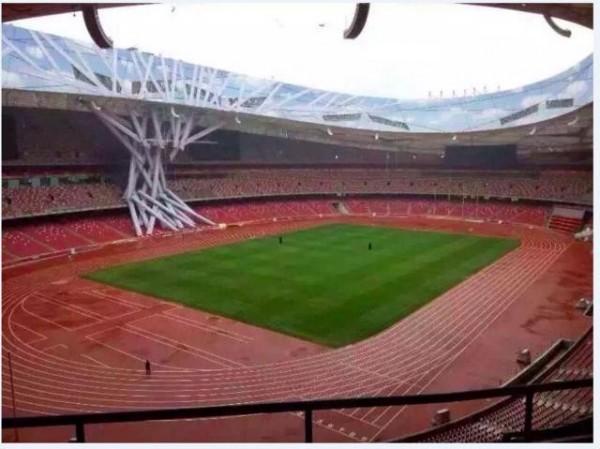 中國網友見鳥巢頂部一側白色條狀建築材料,延伸至觀眾席上,懷疑可能是連日暴雨,造成坍塌。(圖取自騰訊體育)