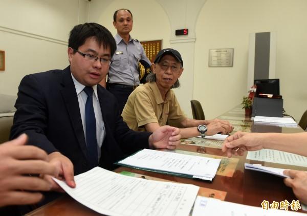 民進黨發言人黃帝穎(左)表示,教育部若堅持違法課綱八月上路,座談會就只是摸頭、背書大會,擺明踐踏程序正義 。(資料照,記者簡榮豐攝)