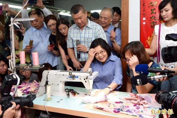 民進黨主席蔡英文上午參訪「黛安娜國際企業有限公司」成衣廠,了解傳統產業經營發展。過程中蔡英文在員工指導下,體驗縫紉工作。(記者羅沛德攝)