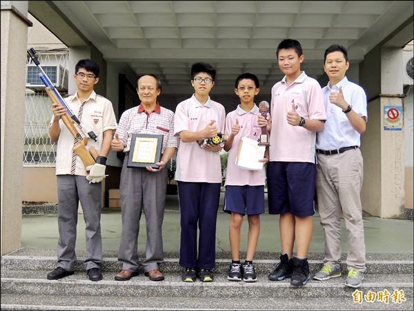 嘉華中學副校長林籐旺(左二)。(記者王善嬿攝)