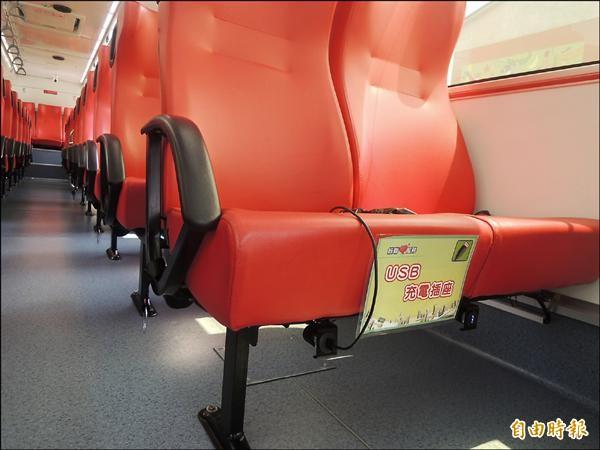 公車上座位還配有USB充電插座(記者張軒哲攝)