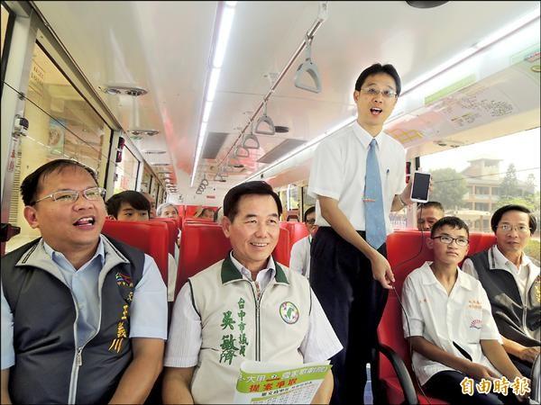 大安鄉親搶先體驗658路公車。(記者張軒哲攝)