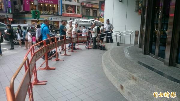 警方在分局前搭設鐵欄杆戒備。(記者王冠仁攝)