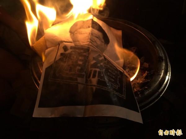 民眾自製「通緝吳思華」的紙張,並燒給另一個世界的林冠華。(記者吳政峰攝)