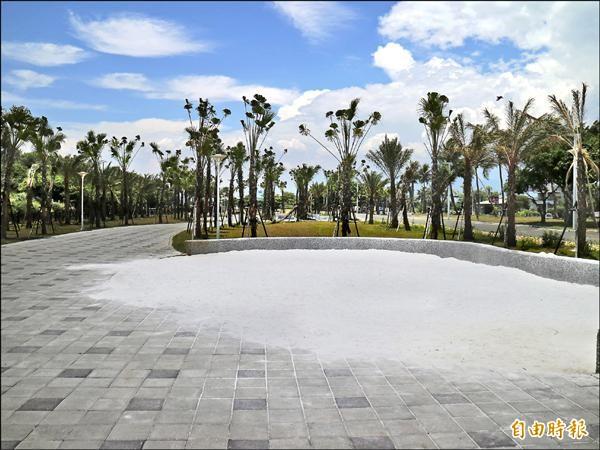 花蓮縣政府剛落成的太平洋公園,區內有設計給小朋友玩樂的沙坑堆,但最近裡面出現許多狗便。(記者王錦義攝)