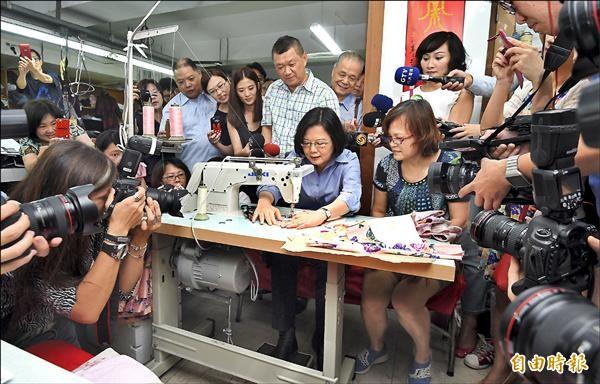 民進黨主席蔡英文昨日前往本土服裝品牌「黛安娜」參訪,了解傳統產業經營發展,並在工作人員指導下,體驗成衣製作過程。(記者羅沛德攝)