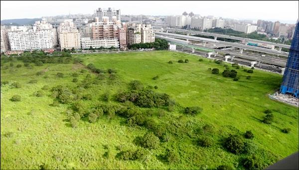 林口區機場捷運A9站旁的機關用地(機一),原是司法園區預定地,荒蕪多年,將變更為產業專區,引進商業活動。(經發局提供)