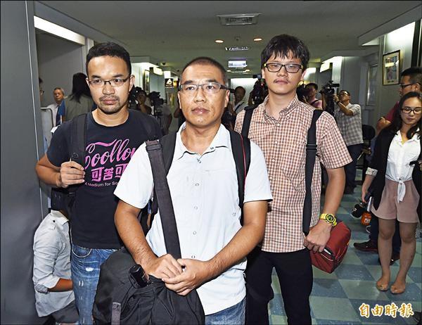 台北市政府「0723專案小組」昨舉行會議,邀請本報攝影記者廖振輝(中)、苦勞網記者宋小海(左)、獨立記者林雨佑(右)出席說明。(記者方賓照攝)