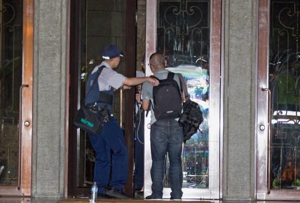 反黑箱課綱學生23日深夜闖入教育部,本報攝影記者廖振輝採訪時被捕。 (讀者提供)