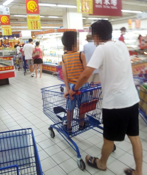消基會發現,許多家長將小孩子放在手推車上,有安全疑慮。(消基會提供)