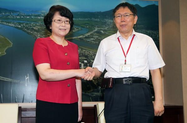上海市副市長翁鐵慧(左)、台北市長柯文哲(右)。(中央社)