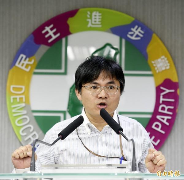 民進黨中央民意調查中心主任鄭俊昇,30日在記者會中就課綱微調爭議相關民調結果進行說明。(記者叢昌瑾攝)