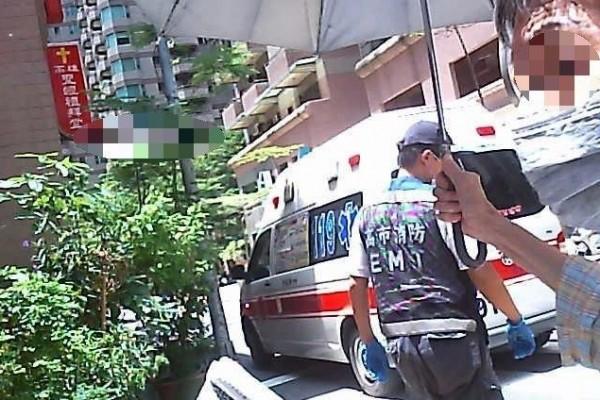 老翁摔落輪椅,警民撐傘遮陽處處溫暖。(記者方志賢翻攝)
