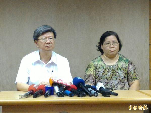 教育部長吳思華(左)與莊敬高職校長30日在自殺學生林冠華所住社區召開記者會進行說明。(記者王敏為攝)