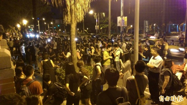 立院外聚集上百位民眾,與學生共呼口號,要求吳思華道歉下台。(記者蔡穎攝)