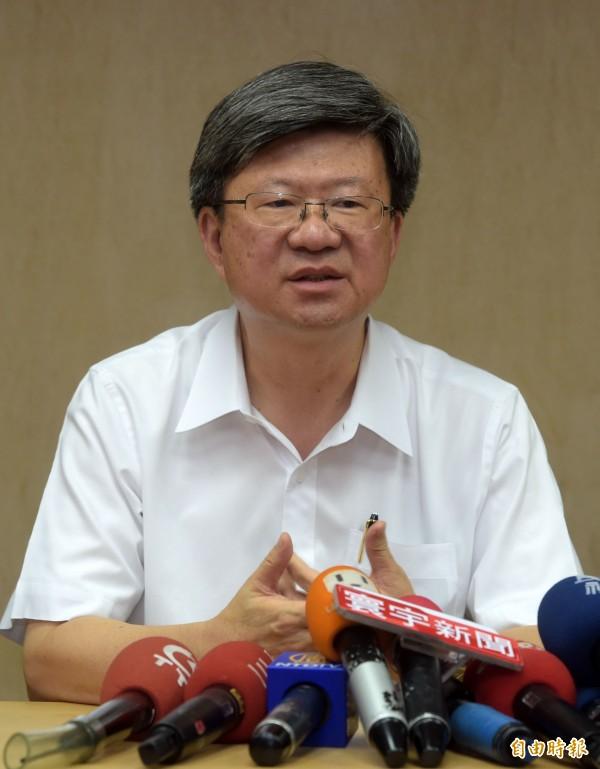 教育部長吳思華30日在自殺學生林冠華所住社區召開記者會進行說明。(記者王敏為攝)