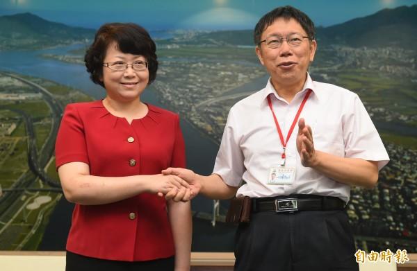 台北市長柯文哲(右)30日會接見來訪的上海市副市長翁鐵慧(左)。(記者張嘉明攝)