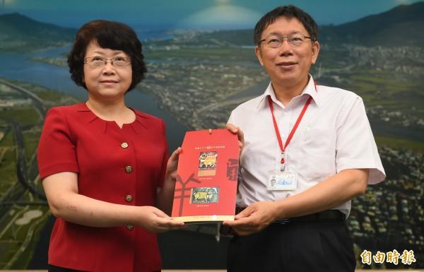 台北市長柯文哲(右)今日會見來訪的上海市副市長翁鐵慧(左),雙方互換禮物。(記者張嘉明攝)