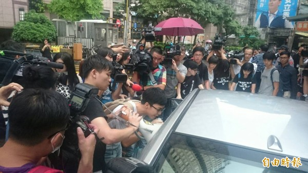 群情激憤的學生轉而包圍偵防車,要求員警「踹共」給個交代。(記者吳仁捷攝)