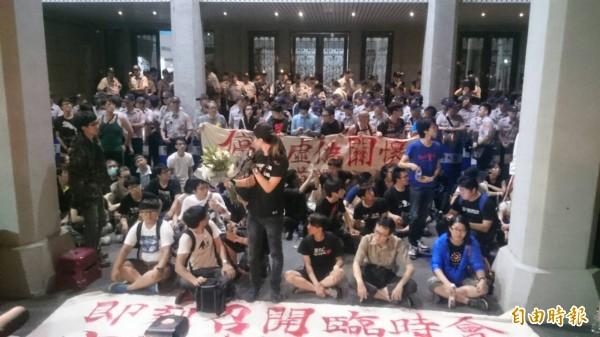 闖進教育部廣場的群眾與固守門口的警方僵持對峙。(記者王冠仁攝)