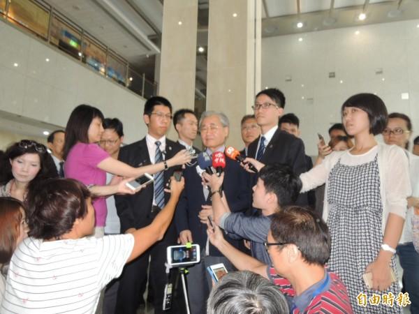 毛治國下午受訪表示,要請教育部長吳思華繼續與各界溝通,形同宣告不會撤換部長。(記者黃立翔攝)