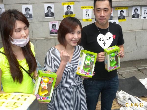 余家三姊弟帶著小電扇到教育部,說是應爸爸要求,要送給學生搧涼。(記者吳亮儀攝)
