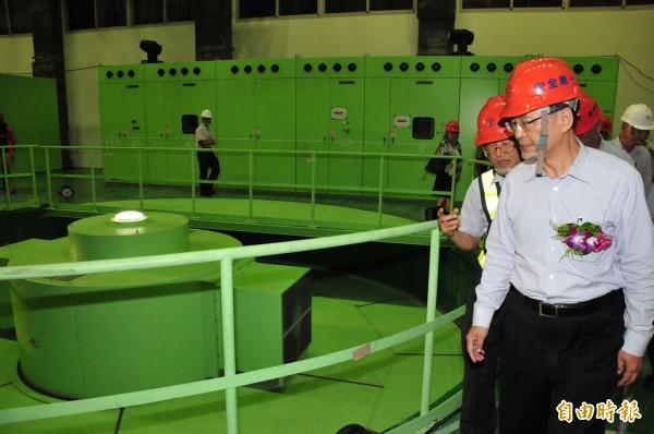 台電董事長黃重球(右前)視察青山分廠一號機組運轉情況。(記者李忠憲攝)