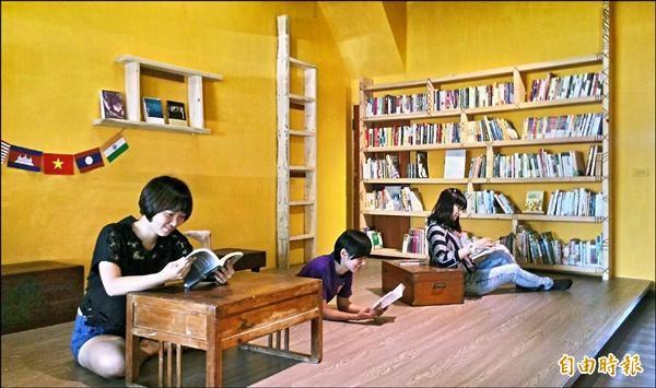 「綻放.東南亞」書展,昨起在嘉市「島呼冊店」展出。(記者丁偉杰攝)