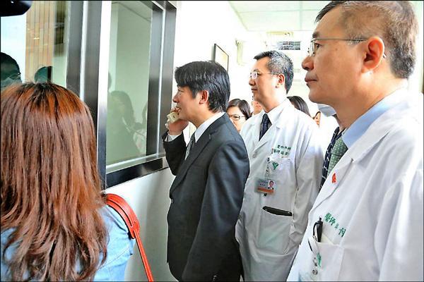 郭立君在奇美醫學中心住院時,台南市長賴清德曾前往探視。(資料照,南市府提供)