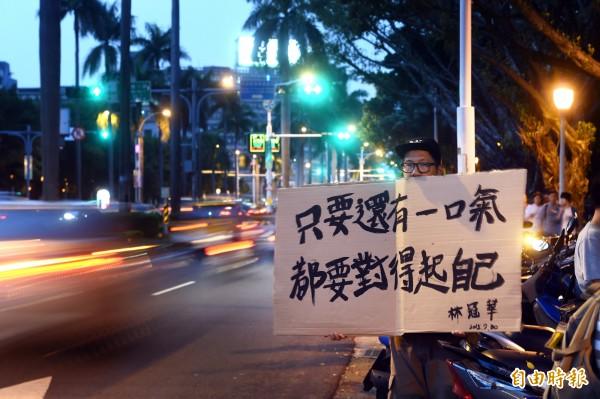 反課綱微調北高發言人林冠華昨日疑燒炭自殺身亡,民眾在教育部前貼海報表達訴求。(記者方賓照攝)