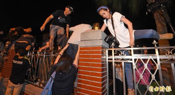 反課綱學生衝進立法院後,再度翻牆離開立法院,轉往教育部聚集。(記者劉信德攝)
