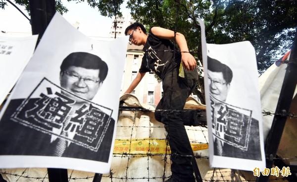 在未獲得教育部長吳思華正面回應前,反黑箱課綱學生持續在教育部前抗爭。(記者張嘉明攝)