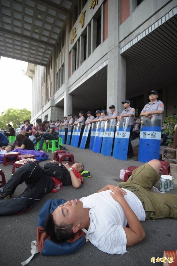 反課綱學生佔領教育部廣場,台北市長柯文哲今天下午前往探視,並允諾學生保持平靜警方不會驅離。國民黨台北市議會黨團呼籲學生注意自己的人身安全,但也要求台北市警察局應「依法執行公務,勿廢弛職務」。(記者王敏為攝)