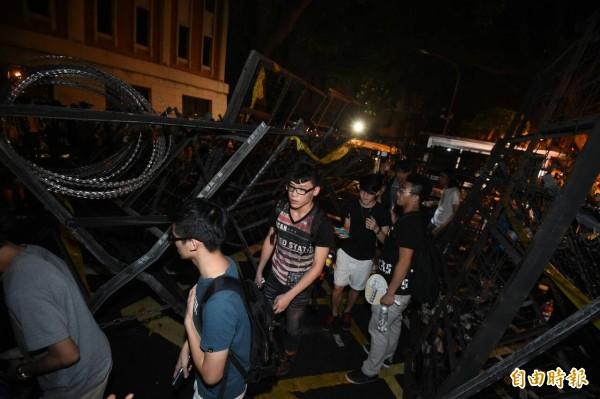 凌晨2點左右,教育部前的拒馬已被推開,讓出一條通道讓民眾魚貫進入。(記者劉信德攝)