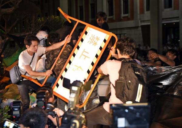 《法新社》報導,30日深夜,數百名反課綱學生聚集到教育部門口,學生在群情激憤之餘,也突破拒馬、占據教育部前的廣場。(法新社)