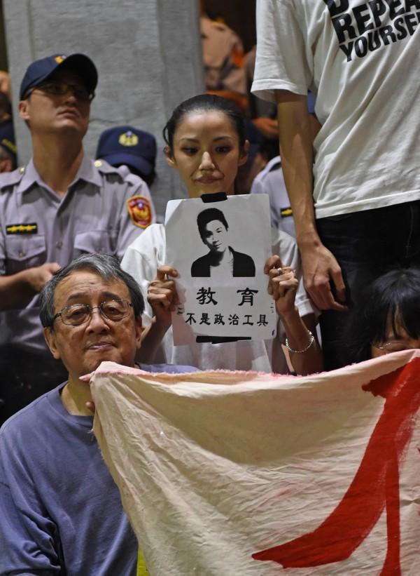 《法新社》報導,這場持續了好一段時間的爭議,牽涉到歷史與國家認同。報導提到,高中教材的中國中心化觀點,也體現了親中立場。像是將日治改為「日據」、二戰後的接收台灣改為「光復台灣」等。(法新社)