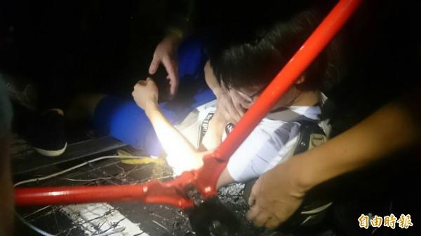 一名男子在進入教育部前庭時不慎跌落拒馬蛇籠中,手臂刮傷。(記者吳柏軒攝)