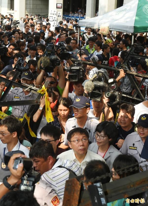 台北市長柯文哲與民進黨立委柯建銘今日下午前往教育部前廣場,慰問反課綱學生,呼籲要平和理性。(記者張嘉明攝)